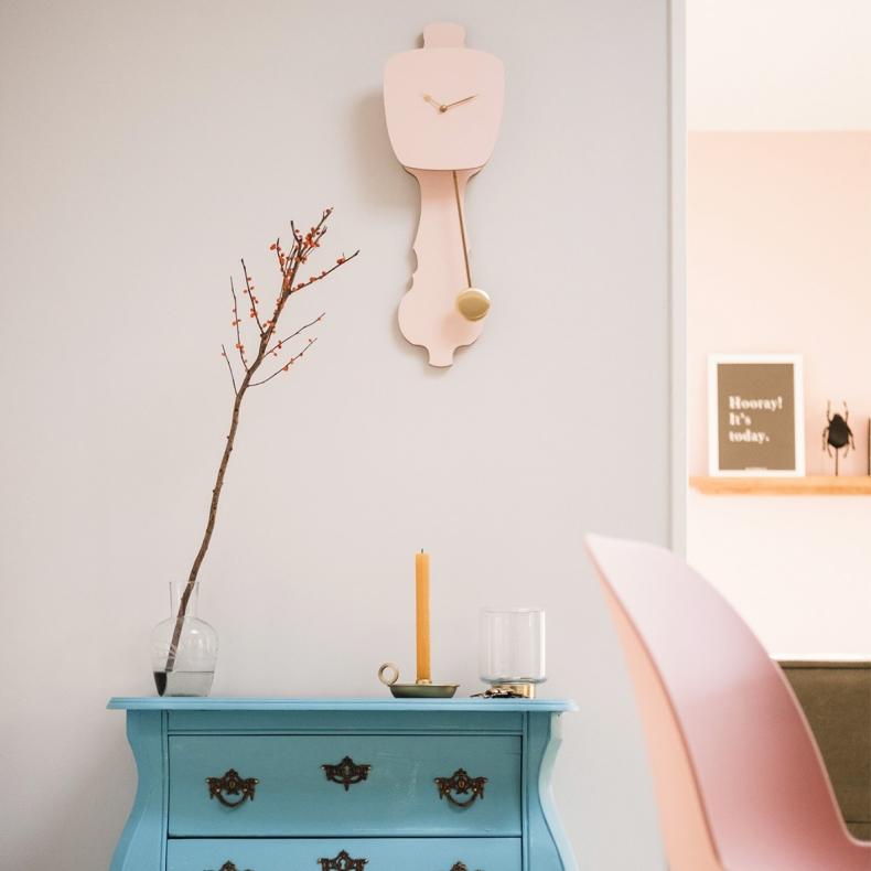 roze design klok met slinger